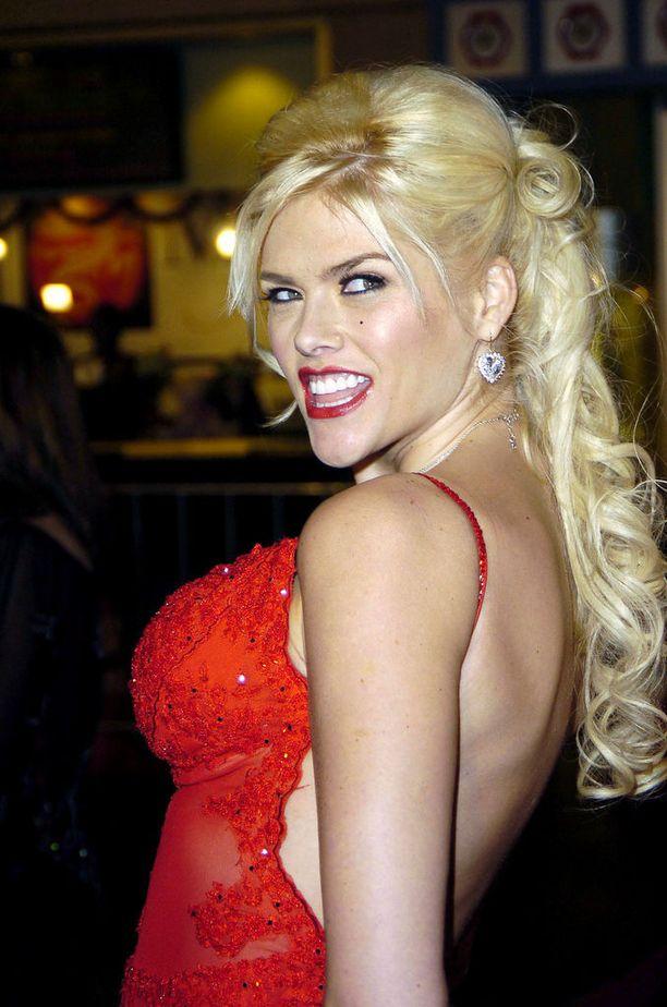Hoikistunut Anna Nicole Smith punaisella matolla vuonna 2005.