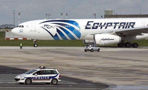 Ranskalaisviranomaisten mukaan EgyptAirin Välimereen toukokuussa 2016 syöksyneen lentokoneen ohjaamossa roihusi nopeasti levinnyt tulipalo ennen kohtalokasta turmaa. Kuvituskuva.