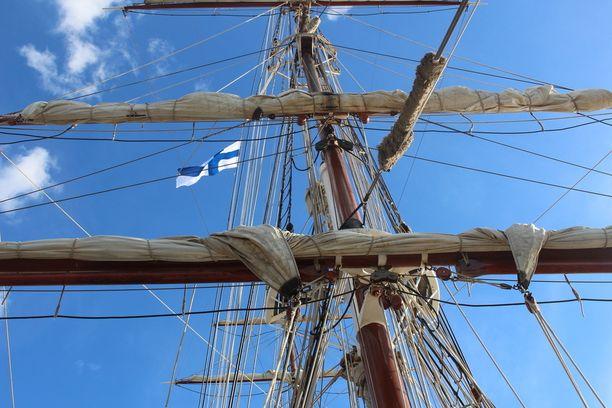 Koska ollaan Suomessa, on hollantilaislaivankin mastossa Suomen lippu.