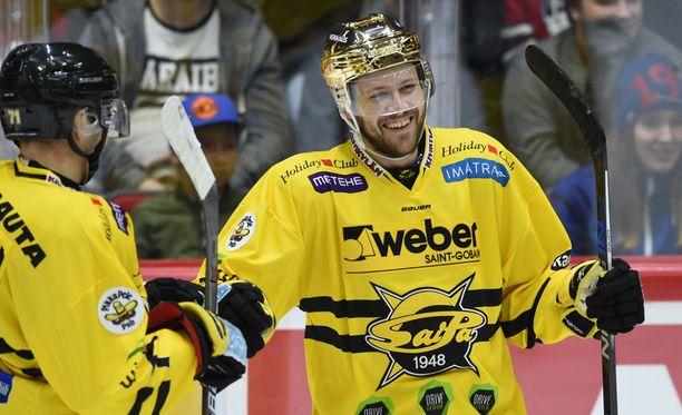 Curtis Hamilton räppäsi SaiPan 3-1-johtoon. Vieressä onnittelut antaa ketjukaveri Matti Järvinen.