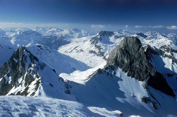 Ski Arlbergin alppimaisemia.