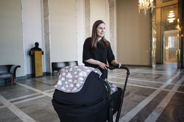 Sanna Marin vieraili eduskunnassa pienen Emma-tyttärensä kanssa toukokuussa 2018.
