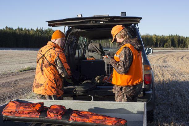 Osmo ja Julius Jaakonsaari valmistautuvat jahtiin. Julius tarkistaa radiopuhelimen kuuluvuuden.