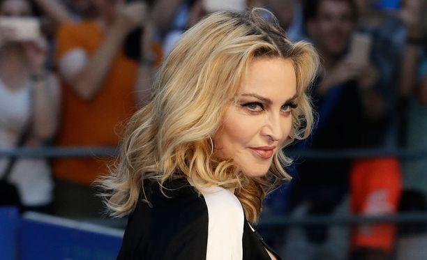 Brittilehdistössä kehuttiin Madonnan lookkia torstain ensi-illassa.