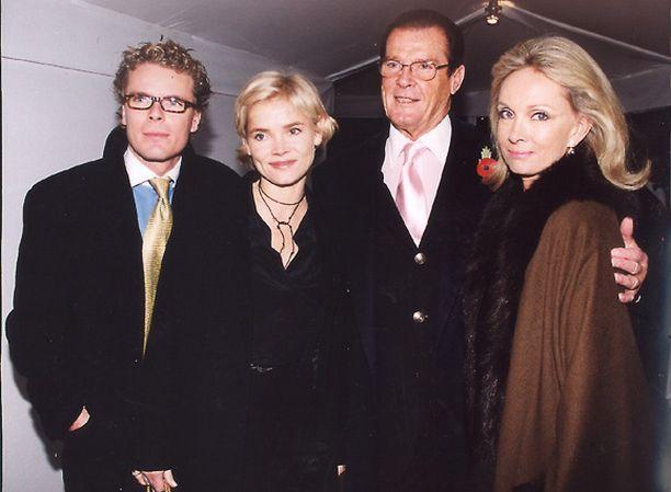 Nikolaj Albinus, Christina Knudsen, Roger Moore ja Kiki Tholstrup vuonna 2001.