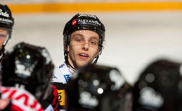 Micke Saari iski uransa ensimmäisen maalin SM-liigassa.