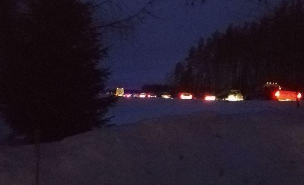 Kajaanin Kokkolantielle on muodostunut autojono, sillä tie on poikki onnettomuuden vuoksi.
