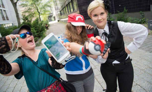 Roolipelitapahtuma Ropeconin Pokemon-tapaamisessa fanit pukeutuivat suosikkihahmoikseen ja pyydystivät taskuhirviöitä kännyköillään.