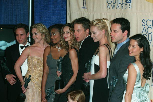 Ally McBealin näyttelijät yhteiskuvassa vuonna 1999.