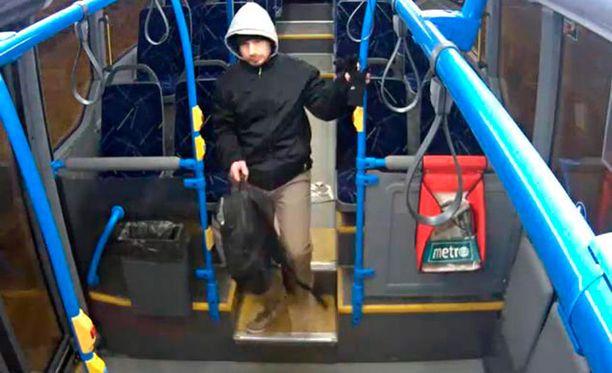 Poliisi löysi kuvan Harry Karjalaisesta linja-autossa katoamispäivän iltana 8. helmikuuta.