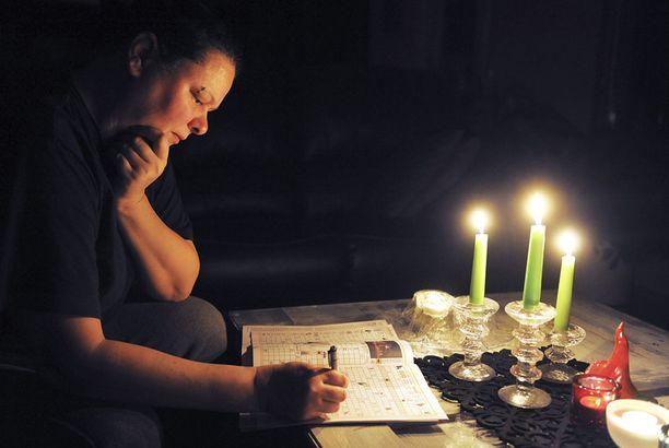 Sähköttömät kodit pimenevät aikaisin illalla.