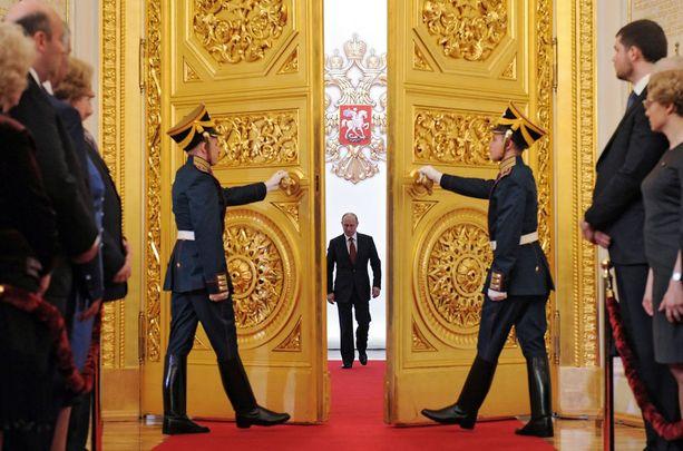 Ex-Venäjän suurlähettiläs Hannu Himanen kuvailee Venäjän presidentti Vladimir Putinia yksinvaltiaaksi. Kuva Putinin virkaanastujaisista toukokuussa 2012.