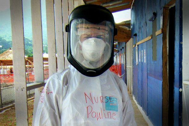 Pauline Cafferkey suojapuvussa Sierra Leonessa viime vuonna.
