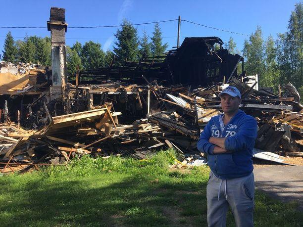 Lohduton näky. Tuli tuhosi rakkaan autotallin ja kymmenien tuhansien omaisuuden alkukesästä.