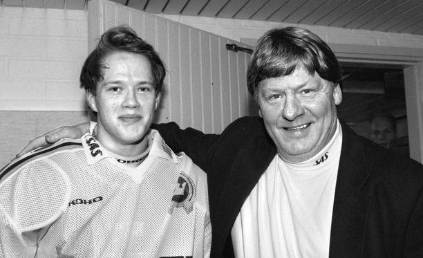 Juha Joenväärä pelasi Kiekko-Espoossa kaudet 1996-98. Rinnalla poseeraa ruotsalaisvalmentaja Håkan Nygren.