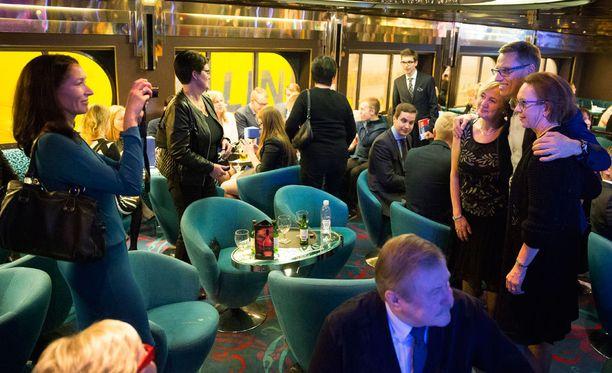 Suzanne Innes-Stubb otti lauantai-iltana ryhmäkuvan miehestään Alexander Stubbista kokoomusaktiivien keskellä.