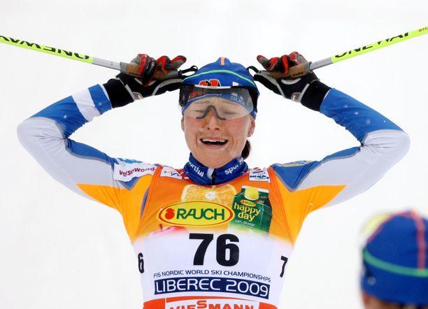 Aino-Kaisa Saarinen tuuletti maailmanmestaruutta kymmenen vuotta sitten.
