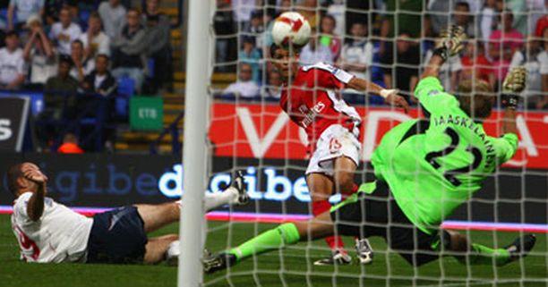 Denilson laukoi Arsenalin kolmannen maalin.