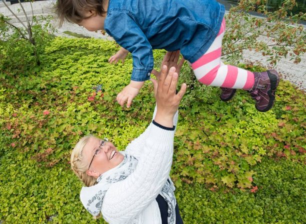 Ulla Keskinen päätti perustaa perheen yksin. Ystäväpiiriin kuulunut heteromies auttoi haaveen toteuttamisessa, ja nyt vieressä leikkii vuoden vanha tytär.