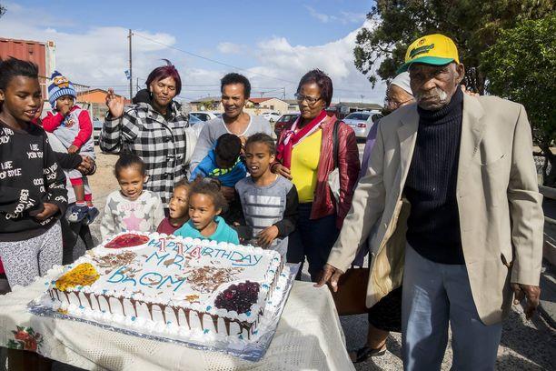 Fredie Blom (kuvassa oikealla) juhli vuonna 2018 114-vuotispäiviään sukulaistensa ympäröimänä.