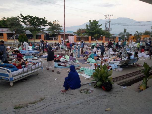 Indonesian katastrofinhallintaviraston kuva Palun kaupungista. Sairaalat eivät kyenneet ottamaan kaikkia uhreja sisätiloihin.