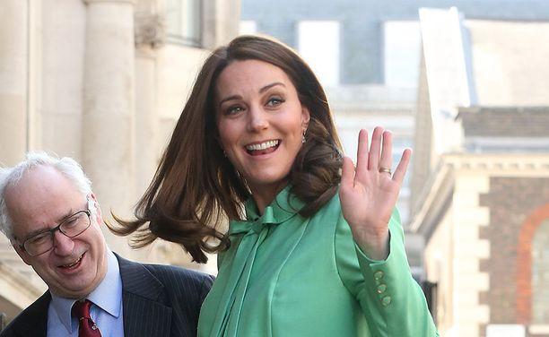 Kate vilkutti kuvaajille ja ihailijoille.