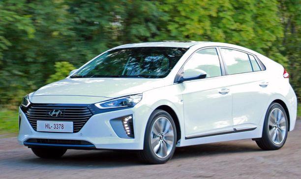 3. Hyundai Ionic kilpailee Toyota Priusin kanssa hybridiautojen markkinoilla.