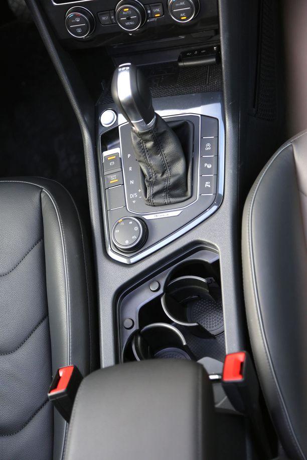 Nappikäynnistys ja sähköinen käsijarru ovat vakiona. Ajotila-asetukset valitaan kiertokytkimellä.