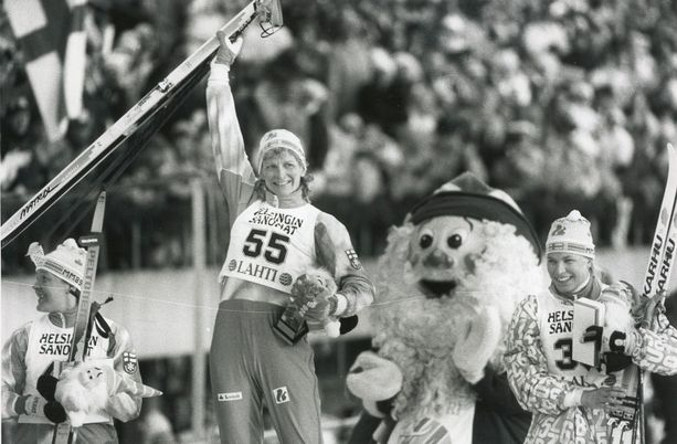 Marja-Liisa Kirvesniemi avasi Lahden MM-hiihdot voittamalla kympin kisan etenemällä ladulla kuin höyryjuna.