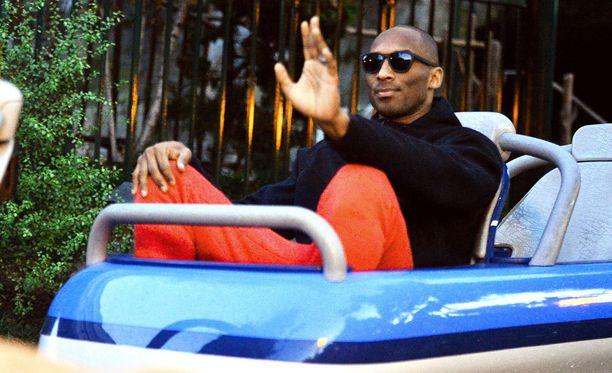 Näin sitä mennään! Kobe Bryant joutui Matterhorn Bobsledsissä ahtaaseen kyytiin.