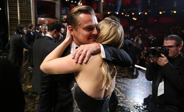 Kate Winlset antoi hyvälle ystävälleen lämpimän onnitteluhalauksen.