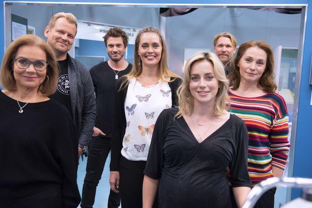 Kaikki Syke-sarjan tutut hahmot jatkavat uudella kaudella. Mukana on myös liuta uusia hahmoja, kuten Iina Kuustosen kihlatun, Sebastian Rejmanin (kolmas vasemmalta) näyttelemä akuuttilääkäri.