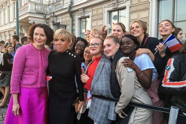 Helsingin ranskalais-suomalaisen koulun oppilaita samassa kuvassa Jenni Haukion ja Brigitte Macronin kanssa.