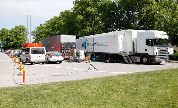 Televisioyhtiön autot ovat valloittaneet parkkipaikan.
