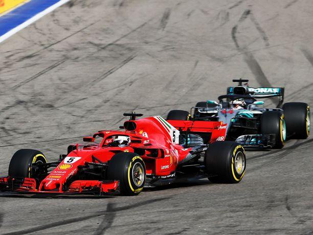 Maailmanmestaruudesta taistelevat Sebastian Vettel ja Lewis Hamilton ottivat varikkopysähdysten jälkeen totisesti mittaa toisistaan.