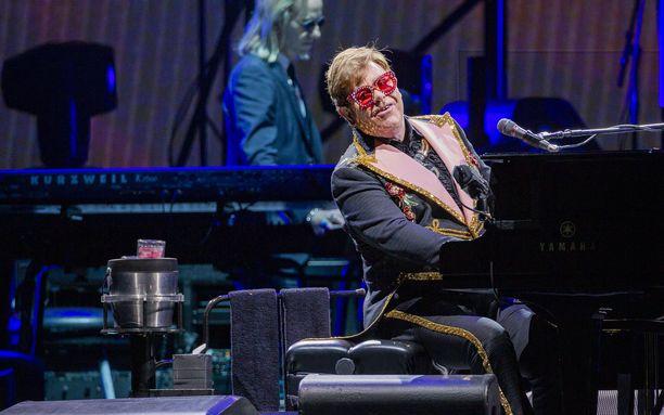 Elton John tunnetaan esimerkiksi kappaleistaan Crocodile Rock, Rocket Man ja Tiny Dancer.
