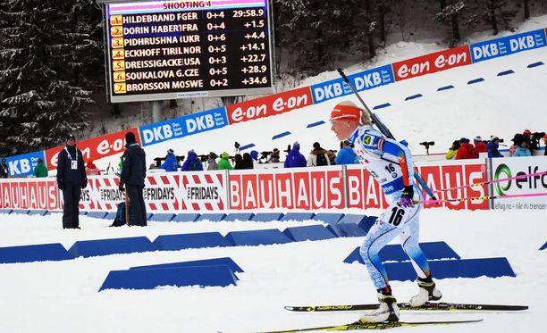 Kaisa Mäkäräinen toi Suomen vaihtoon 1.47 kärkeä perässä. Kun Mäkäräinen lähti ladulle, eroa keulaan oli 15 sekuntia vähemmän.