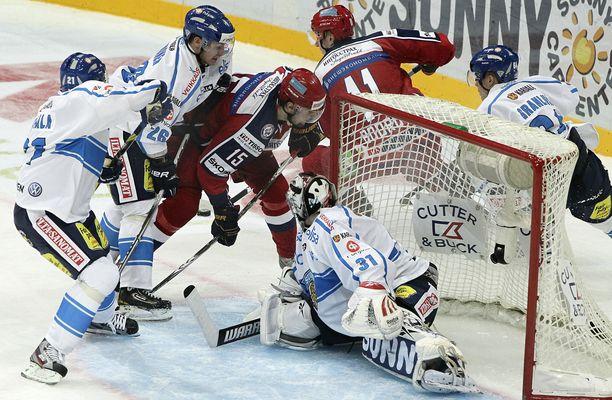 Leijonien Janne Niskala (vas.), Jarkko Immonen ja maalivahti Karri Rämö taistelivat Venäjän Igor Musatovin kanssa 2011 Karjala-turnauksessa Hartwall-areenassa.