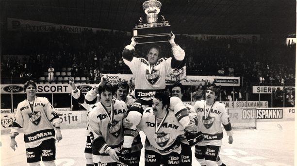 Hexi Riihiranta pääsi keväällä 1983 uransa viimeisen ottelun jälkeen kultatuoliin Kanada-maljan kanssa.