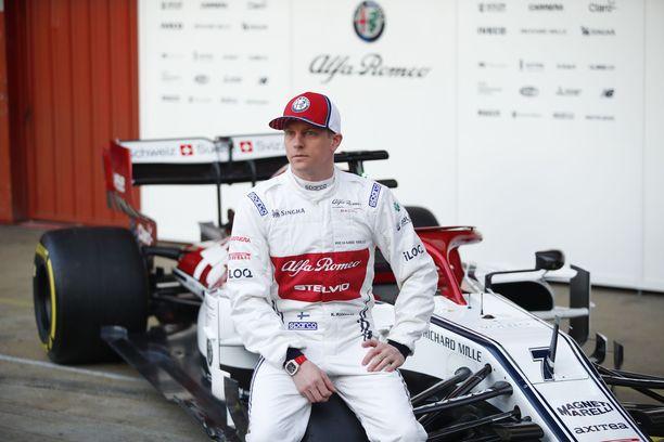 Kimi Räikkönen poseerasi uuden työkalunsa kanssa Barcelonan radalla viime vuonna.