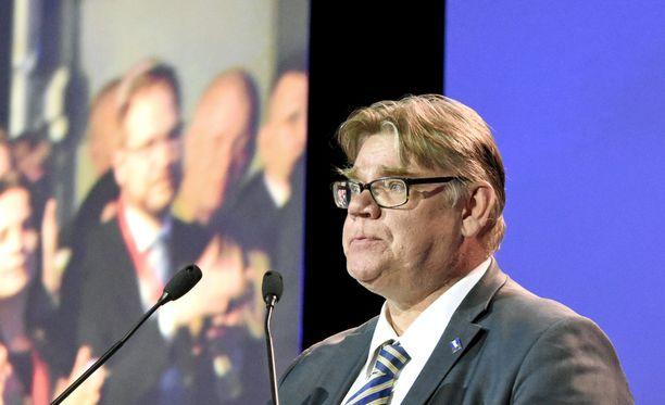 Väistyvä puheenjohtaja Timo Soini murtui kyyneliin kiittäessään puoluekokouksen jäähyväispuheessa vaimoaan Tiinaa.