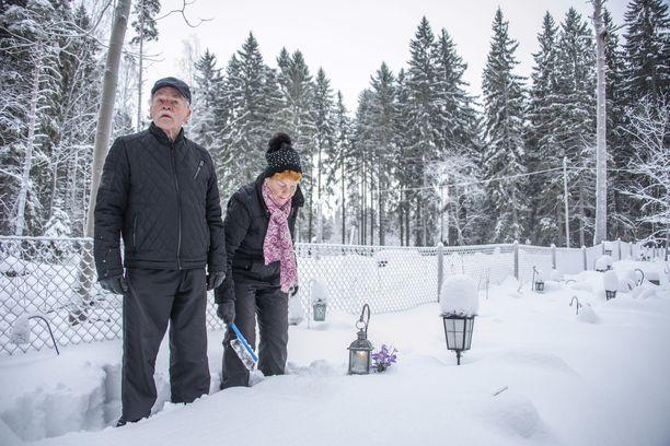 Kahdeksankymppiset Iris ja Reijo Terhorinne käyvät Helsingin Keskuspuiston eläinten hautausmaalla kahdesti viikossa. Edes lumimyräkkä ei ole syy jättää tulematta.