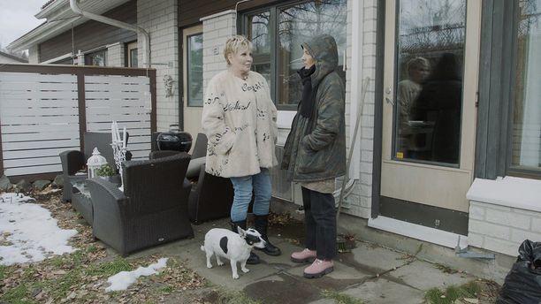 Hannele Lauri asuu Nurmijärvellä koiransa kanssa.