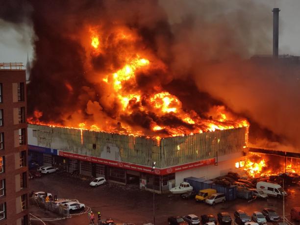 Teollisuusrakennus paloi ilmiliekeissä.