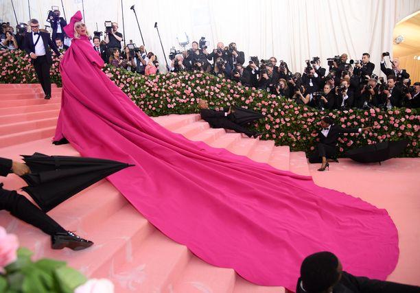 Lady Gagan sisääntulon spektaakkeliin kuului myös miehet ja naiset mustissaan sateenvarjoja myöten.