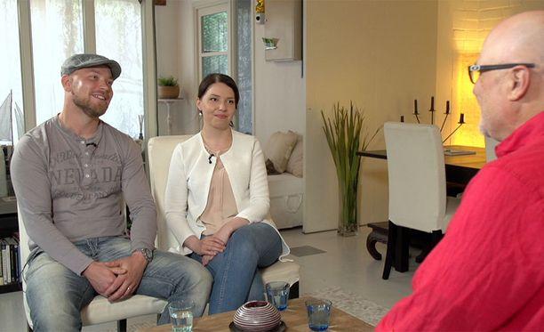 Esa ja Aliisa puivat tilannettaan Tony Dunderfeltin kanssa.