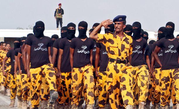 Jemenin armeija paraatissa pääkaupungissa Sanaassa. Armeija taistelee huthikapinallisia vastaan Saudi-Arabian tukemana.
