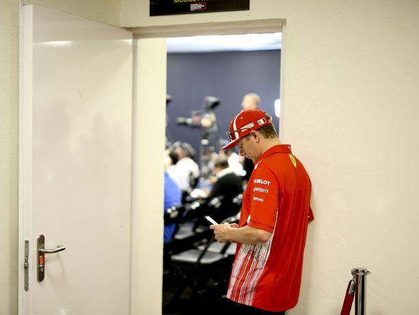 Räikkönen oli lehdistötilaisuudessa paikalla niin hyvissä ajoin, että ehti selata tovin puhelintaan ennen virallisen osuuden alkua.