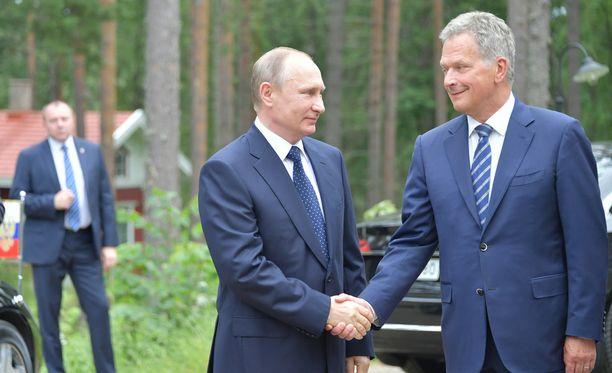 Vladimir Putin ja Sauli Niinistö kättelivät eilen Hotelli Punkaharjulla.