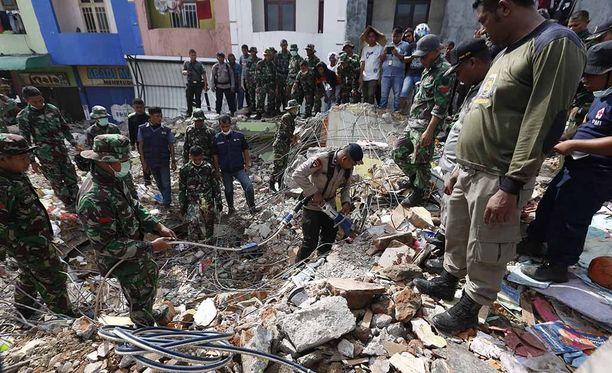 Uhreja etsitään Indonesian Acehin maakunassa käsipelillä.